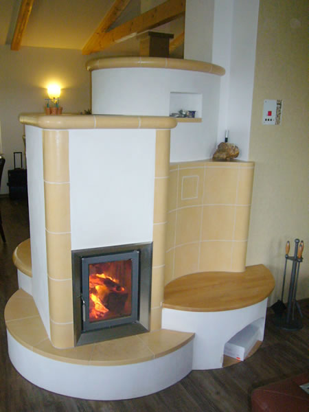 kachelofen mit keramischem speicher und abbrandsteuerung. Black Bedroom Furniture Sets. Home Design Ideas