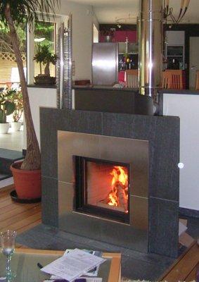 kamin chemnitz moderner kamin mit natursteineinfassung und edelstahlschornstein. Black Bedroom Furniture Sets. Home Design Ideas